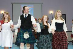 Участники мастер-класса постигают азы шотландского танца. Фото cap.ruПочувствуй себя  шотландцем! фестиваль шотландской культуры