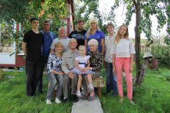 Дружная семья Сергеевых-Шпилевских-Паутовых в любимом саду...  Фото Марии Смирновой и из семейного альбомаСемья моя интернациональная Семейный портрет