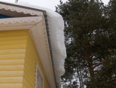 sniegh_svisaiet_s_kryshi.jpgБудьте осторожны при очистке снега