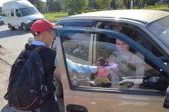 Сотрудники ГИБДД останавливали водителей, а школьники вручали им свои пожелания. Фото автораЖелаю водителю здоровья,  чтобы не болел и чтобы не было аварий! Хватит погибать на дорогах!