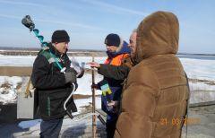 С каждым рыболовом-любителем спасатели беседуют и предупреждают об опасностях весеннего льда.  Фото автораОпасности весенней реки паводок