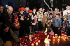 Более тысячи горожан зажгли свечи в честь солдат, не вернувшихся с войны. Фото Елены КОТВИЦКОЙТысячи свечей в память о павших солдатах День Победы
