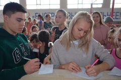 Никита и Дарья терпеливо раздавали автографы.Мне бы хоть пальчиком до них дотронуться! Чемпионы