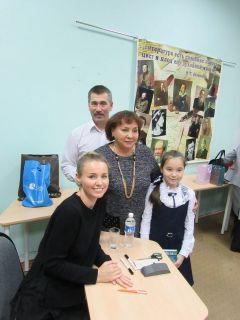 Фото на память с писательницей Викторией Ткачевой В библиотеках Новочебоксарска проходят встречи с писательницей Викторией Ткачевой сближающее чтение Проект православная инициатива библиотеки