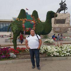 u_pamiatnika_chinghiskhanu.jpgВиктор Алексеев:  Настоящий монгол  каждый год шьет новый наряд
