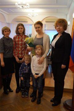 Вручение удостоверенийВ Новочебоксарске вручили удостоверения многодетным семьям многодетные семьи