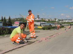 В Чебоксарах кипит работа по укладке велодорожки.  Фото cap.ruС ветерком  по столичным улицам велодорожки