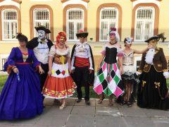 Синьорины и синьоры приветствовали гостей и жителей Чувашии. Фото автораВенецианский карнавал  на Волге День Республики - 2019