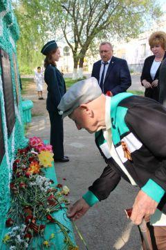 Официальные лица и ветераны Великой Отечественной войны возложили цветы к памятным обелискам на месте бывших деревень