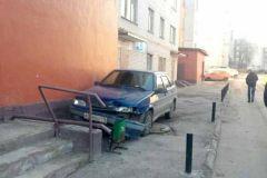 Новочебоксарец въехал на своем авто в подъезд дома