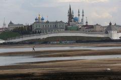 """Река Казанка сейчас. Фото Олега ТИХОНОВА (""""Российская газета"""")На мели. Этот май преподнес сюрприз — Волга обмелела"""
