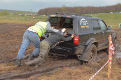Техничку-буксир тоже приходилось выталкивать из грязи.Джип-спринт — это экстремально!  Проверено на себе