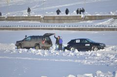 Из снега вытаскивают Ирину Ремизову.Ледовое автопобоище Волжский трек автогонки