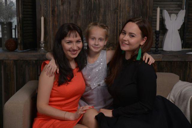 Юлия и София Тепеевы с мамой Екатериной