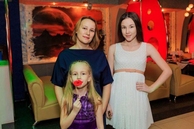 Люба и Юля Николаевы с мамой Татьяной
